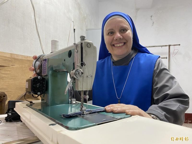 天主教金門教區的修女開心試用剛到的縫紉機。(記者吳正庭攝)