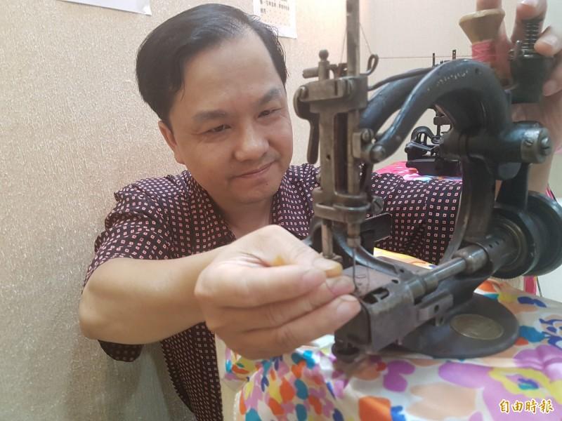 有「針車達人」之稱的楊銘達,對縫紉機的問題幾乎都能迎刃而解。(資料照)