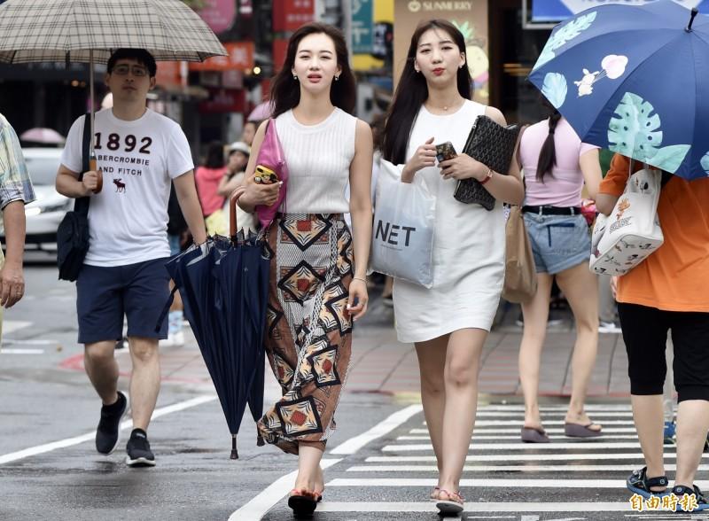 氣象局表示,今天清晨至上午有旺盛的對流雲系移入北部地區,新竹以北及東北部地區容易有陣雨或雷雨。(資料照)