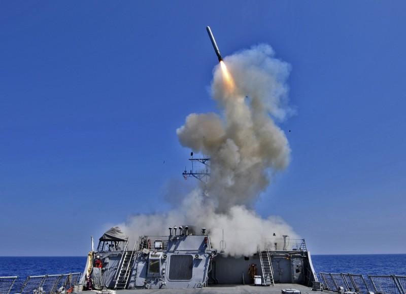 美國國防部傳出計劃在亞太地區部署陸基型戰斧飛彈。圖為貝瑞號驅逐艦發射戰斧飛彈。(美聯社)