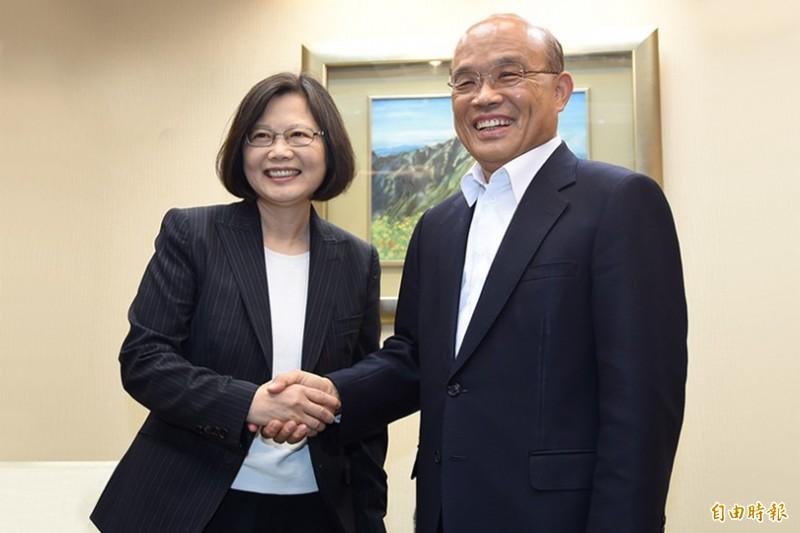 總統蔡英文(左)宣布蘇貞昌(右)續任閣揆。圖為兩人2015年的合影。(資料照)
