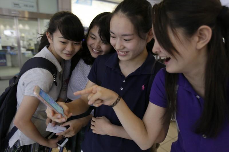 日本因應武漢肺炎疫情全國施行停課措施,沒想到竟意外爆發大規模「未成年懷孕潮」,不少婦產科與診所都接到未成年少女詢問可能懷孕的電話,背後原因讓他們相當吃驚。日本女高中生示意圖。(歐新社)