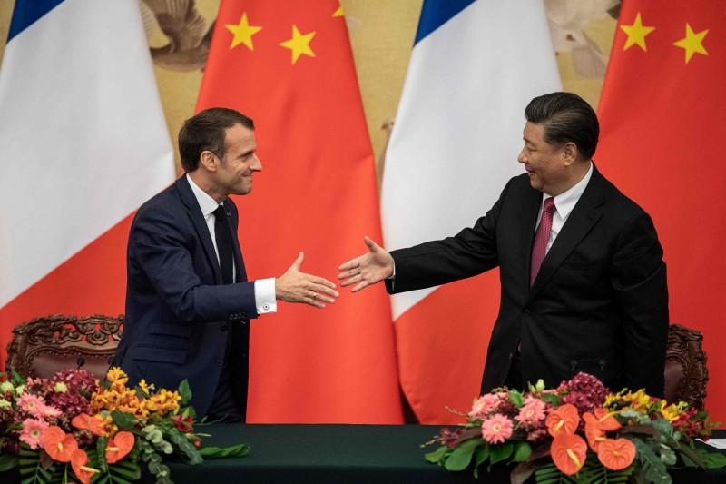 法國總統馬克宏(左)去年十一月訪問中國,中國國家主席習近平在北京人民大會堂接待。(法新社檔案照)
