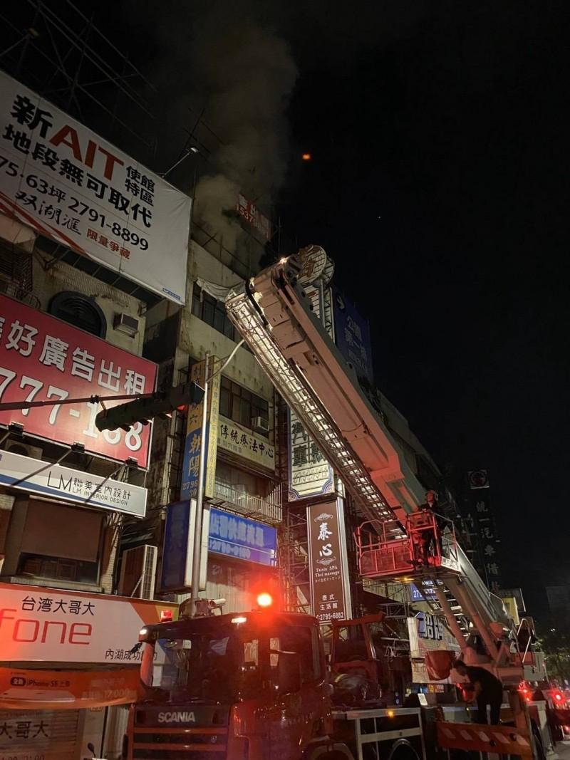 北市內湖公寓大樓暗夜火警,1女嗆傷送醫。(記者邱俊福翻攝)