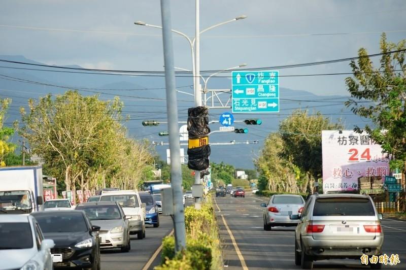 屏東的戰備跑道是目前台灣唯一位於省道路段的戰備跑道,近期加裝屏東首套區間測速,之前傳出四月底啟用,不過今天已要進行交通大執法,卻明顯仍未啟用。(記者陳彥廷攝)