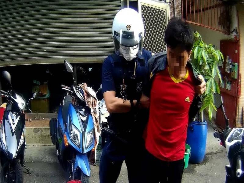 逃逸外籍勞工黃姓男子(右)被警方查獲。(記者周敏鴻翻攝)