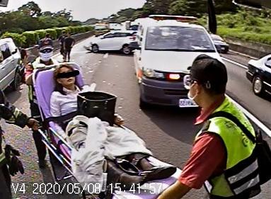 國道1號苗栗路段下午發生多車追撞。(記者蔡政珉翻攝)
