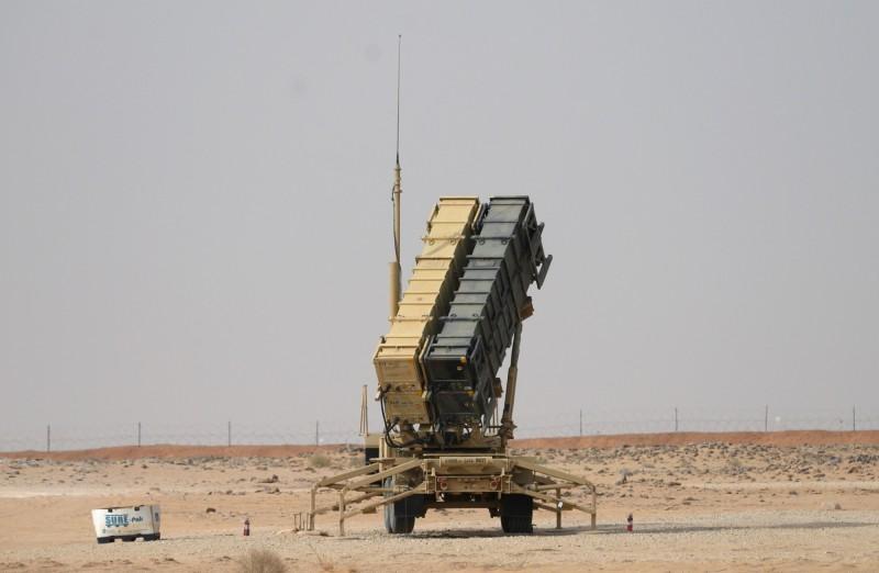 美軍正在從沙烏地阿拉伯撤出愛國者飛彈系統並減少軍事部署,以專心處理中國的威脅。圖為沙國軍事基地的愛國者飛彈。(法新社)