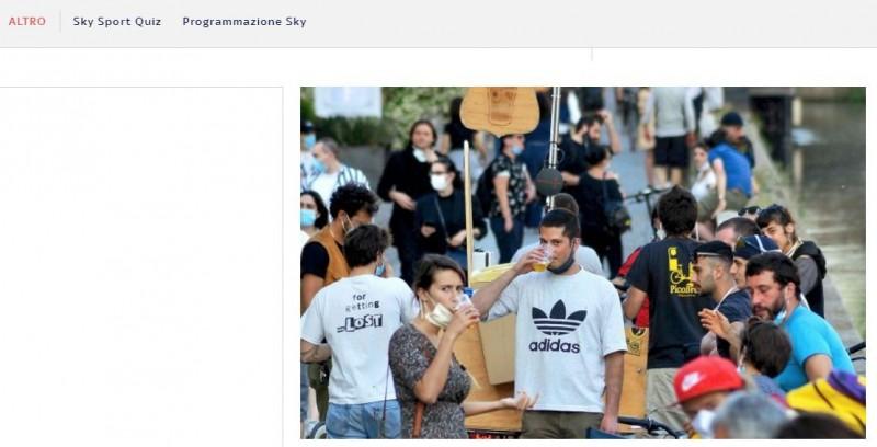 義國青年在放寬封鎖後,於Naviglio運河旁群聚、飲酒。(圖片截取自「Sky」官網)
