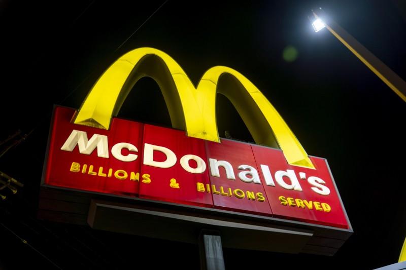 美國奧克拉荷馬市麥當勞2名店員告知進入店內用餐區的顧客必須離開,孰料卻遭到對方開槍雙雙中彈受傷。美國麥當勞招牌示意圖。(彭博)