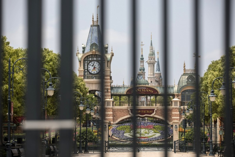 受武漢肺炎疫情影響,全球多個迪士尼樂園至今仍關園,近日上海迪士尼宣布將重新開放,吸引大批民眾搶購門票。(彭博)