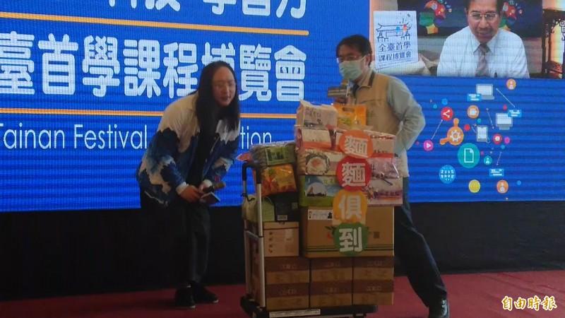 唐鳳好奇看台南麵。(記者洪瑞琴攝)