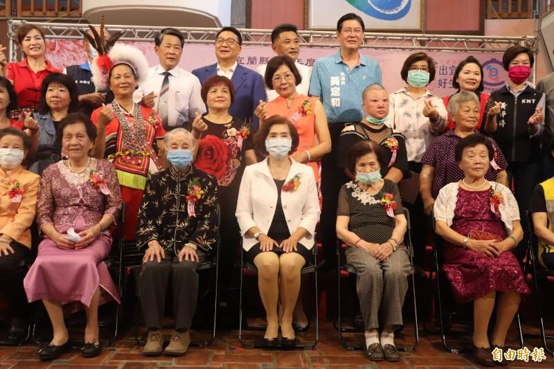 宜蘭縣政府今舉行模範母親表揚活動,共表揚20人。(記者林敬倫攝)