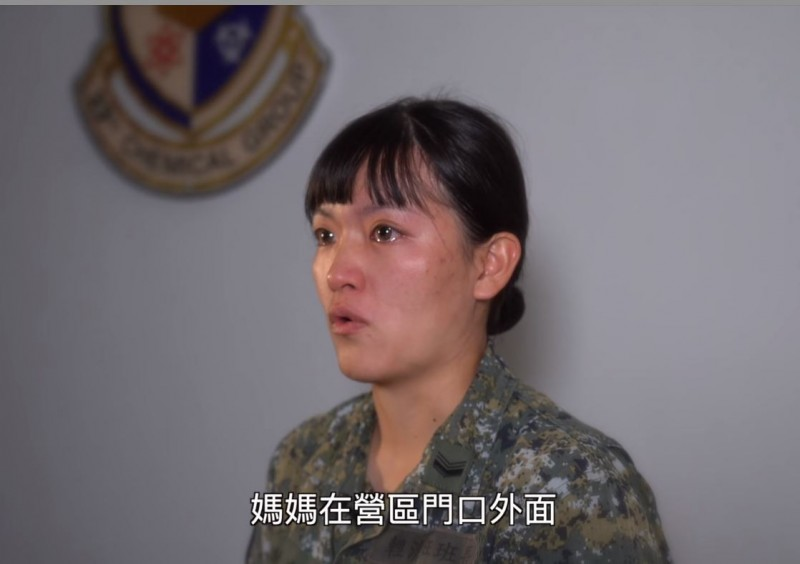 33化學兵群偵消營2連中士謝琬琪回憶起剛入伍的時候媽媽都沒有來懇親,後來自己快半年沒回家,媽媽有天就煮了她最愛吃的東西來營區找她。(圖擷自中華民國陸軍臉書)