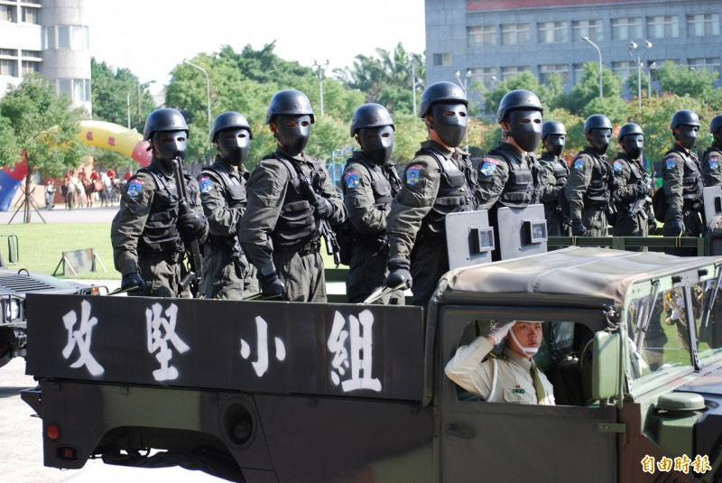中東友邦反恐部隊已由台灣憲兵指揮部進行反恐代訓任務。憲兵特勤隊因大多穿著黑色任務服裝,而有「夜鷹特勤隊」稱號,標準裝備不僅要著防火頭套,甚至還要戴上猶如鐵面人的防彈頭盔,同時配有精密夜視鏡等夜戰反恐裝備。(資料照)