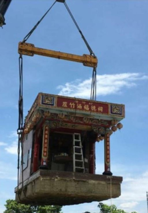 蘆竹湳福德祠是用吊車完整將整座祠吊起到卡車再遷至新址。(林東潭提供)