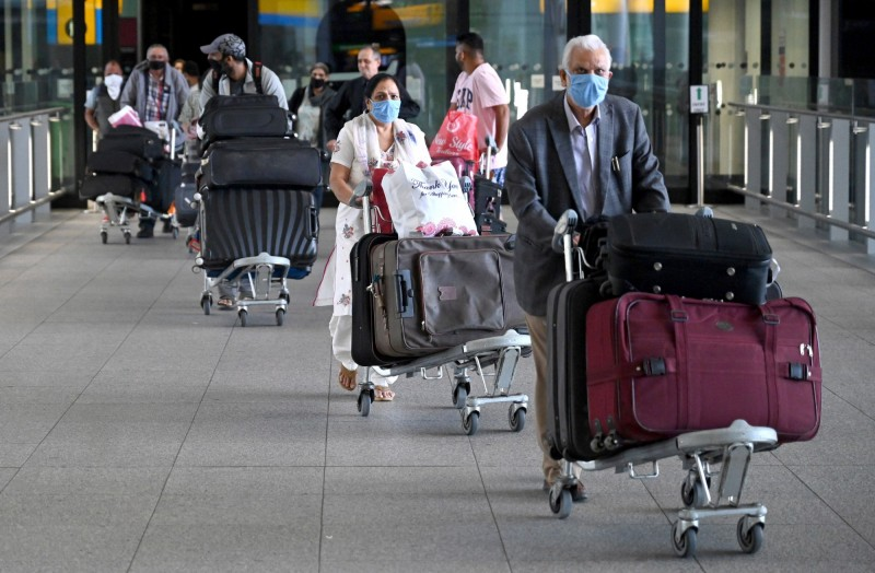 英媒報導,英國政府擬要求所有入境者居家檢疫14天。圖為英國倫敦希斯洛機場(Heathrow Airport)的入境旅客。(歐新社)