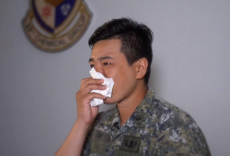 陸軍司令部在母親節前夕發布感恩影片《一直都在》,彰顯出平凡卻偉大的母愛,影片中採訪2名防疫化學官兵對母親的回憶,現場隨即哭成一片淚海。(圖擷自中華民國陸軍臉書)