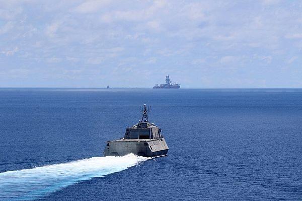 美國海軍近岸戰鬥艦「蒙哥馬利號」(USS Montgomery,LCS-8)、後勤彈藥補給艦「查維斯號」(Cesar Chavez,T-AKE-14)2艘軍艦於5月7日行經南海,圖為蒙哥馬利號。(圖擷取自美國海軍官網)