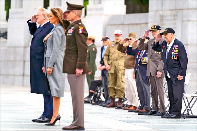 在五月八日第二次世界大戰歐戰勝利七十五週年這天,美國總統川普、第一夫人梅蘭妮亞及美國二戰老兵一同參與紀念儀式。(美聯社)