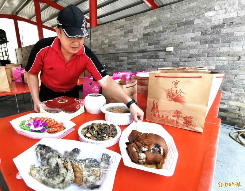 有「金牌總舖師」之稱的盧正治,今年改推外帶母親節大餐,頗受歡迎。(記者吳俊鋒攝)
