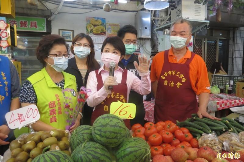 市長變身一日店長!盧秀燕母親節市場幫促銷鼓勵消費。(記者蘇孟娟攝)