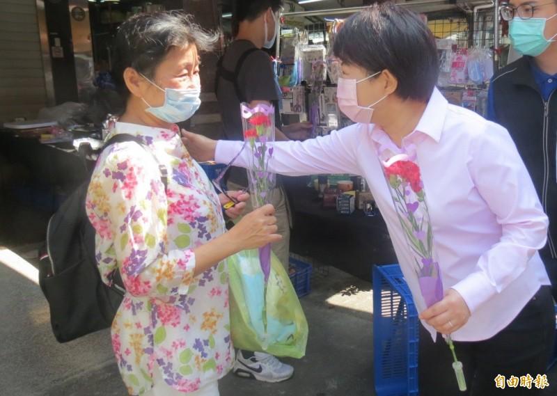 盧秀燕母親節到市場送康乃馨向探買的媽媽致意。(記者蘇孟娟攝)