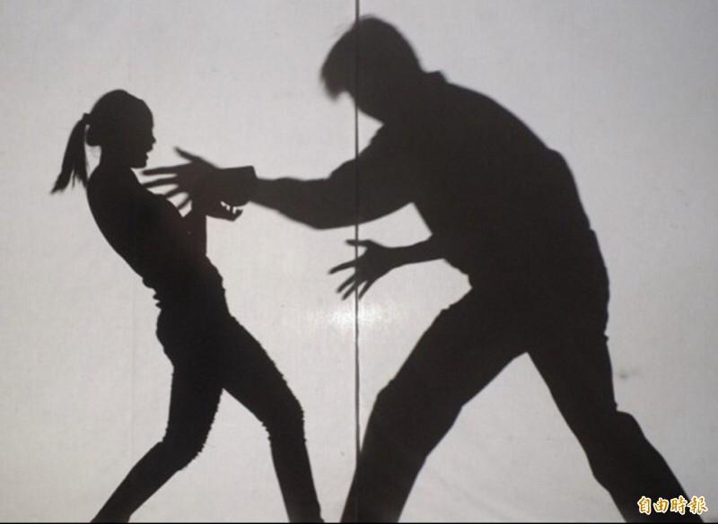 男子患思覺失調症襲女鄰胸、露鳥,判刑13個月刑後接受監護。示意圖。(資料照)
