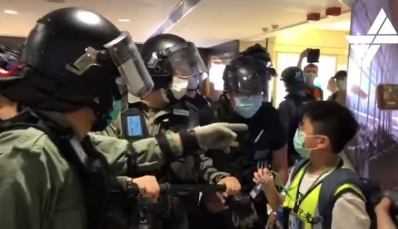 香港13�q�姓公民�者(右)今日遭警方包��、斥��椤阜欠ㄍ�工、暴徒」,事後又遭�P查,�c另一名女�者遭警方�ё摺#�D�X取自��� Student Depth Media 深�W媒�w)