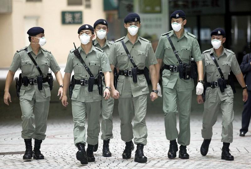 香港警界再爆發醜聞,近日發生西九龍總區的反黑組警察疑似監守自盜,竟將查獲的冰毒盜出轉售,結果在同仁查緝販毒案時自投羅網,當場人贓俱獲。示意圖,非涉案的香港警察。(法新社)