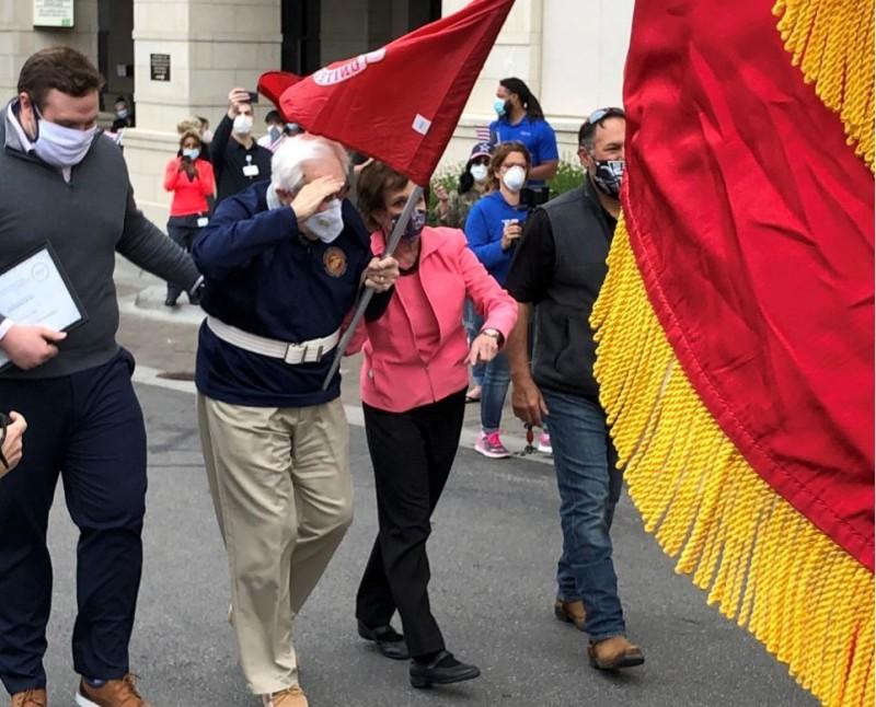 第二次世界大戰美國海軍陸戰隊99歲老兵德威斯(Max DeWeese),感染武漢肺炎後成功擊退病魔,他出院時霸氣透露「我經歷過的地獄不止一次」。(圖擷自KCK Fire Department推特)