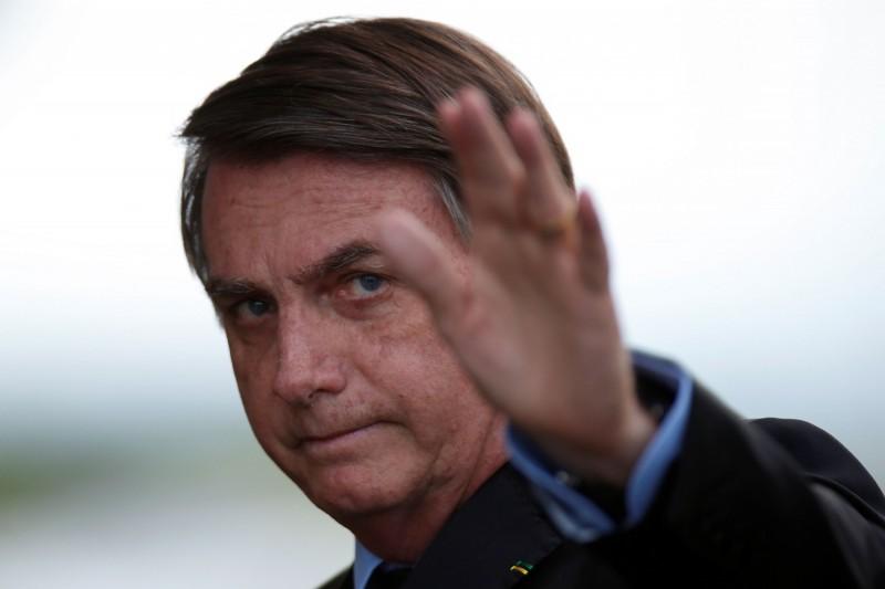 巴西死於武漢肺炎的患者已超過1萬人,但總統波索納洛主張居家隔離措施影響該國經濟而持反對態度。(路透)