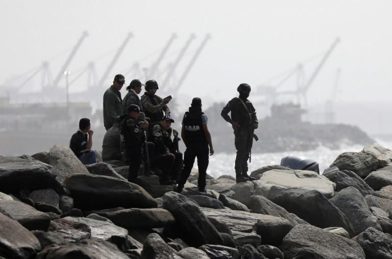 委內瑞拉指控鄰國哥倫比亞協助美國發動政變,軍方表示,巡邏的士兵9日發現了哥倫比亞3艘廢棄的輕型戰鬥艇。(路透)