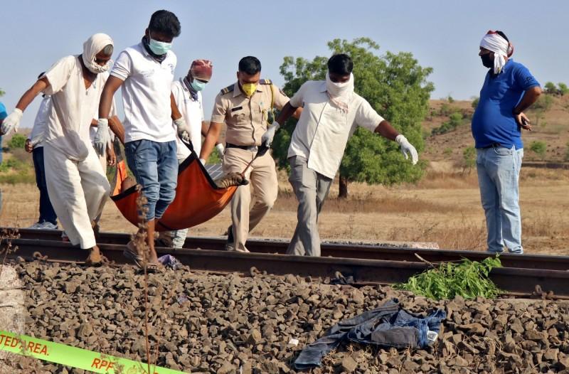 馬哈拉施特拉邦相關單位移動死者遺體情況。(路透)