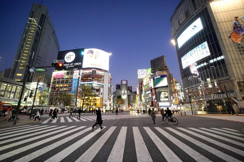 日本車流量因疫情全面下降,連帶使得交通事故下降,但車禍死亡人數卻不減反增。日本東京街頭示意圖。(彭博)