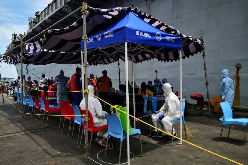 馬爾地夫近期確診激增。圖為馬爾地夫港口實施檢疫。(法新社)