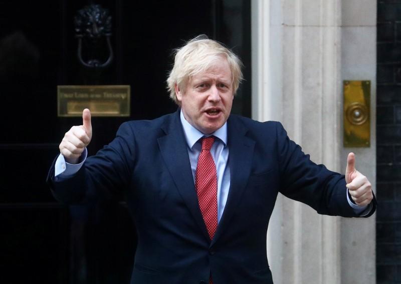英國首相強森(見圖)今日將宣布最新疫情警報系統,將各區劃分為1級「綠燈」至5級「紅燈」,為逐步解除社交禁令作準備。(路透)