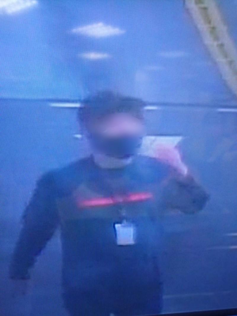 池男戴假髮、帽子跟口罩,胸前戴著假的員工識別證潛入百貨行竊。(記者王冠仁翻攝)