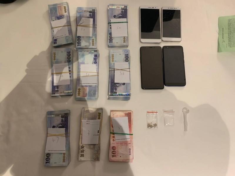 警方查扣他變賣金飾後得手的35萬元,並在他飯店房內查扣一小包安非他命。(記者王冠仁翻攝)
