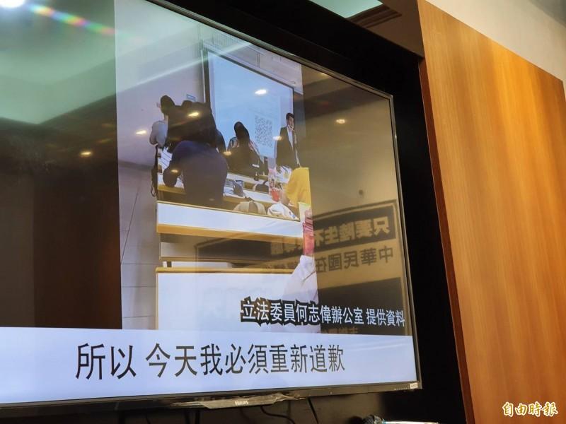 中原大學教授招名威在課堂上向學生道歉。(記者謝君臨攝)