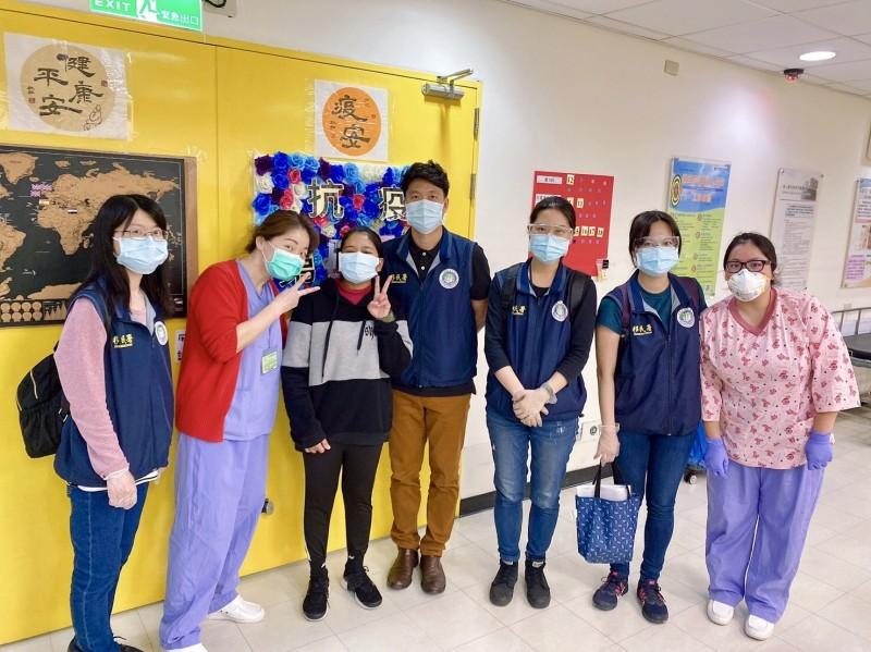 在醫護人員照料下,小莉(左3)順利康復。(記者徐聖倫翻攝)