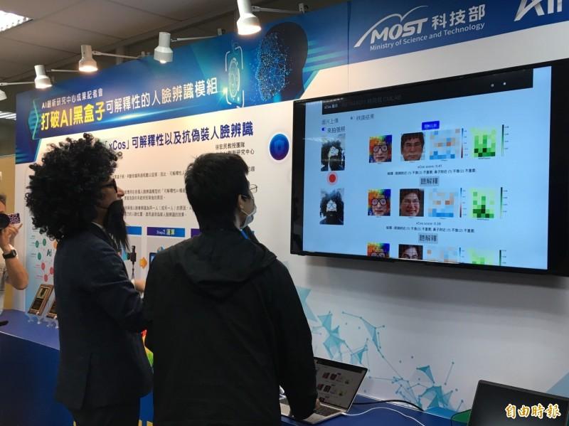 科技部長陳良基穿戴偽裝道具實地操作,瞭解XAI運作情形。(記者楊綿傑攝)