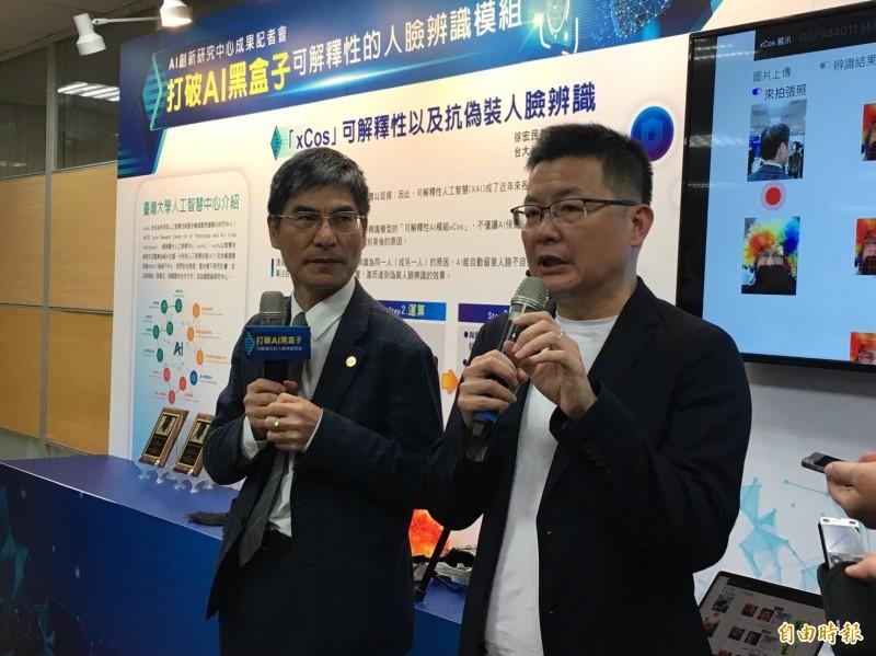 科技部長陳良基與台大教授徐宏民說明AI發展。(記者楊綿傑攝)