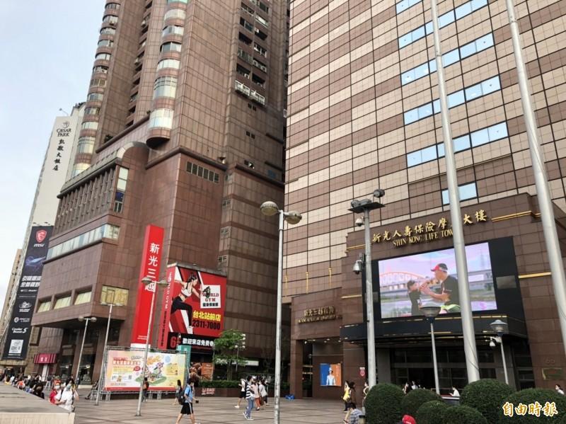 池嫌到新光三越百貨站前店(右)行竊,得手隔天晚上就住進百貨旁大樓(左)的5樓旅館。(記者王冠仁攝)