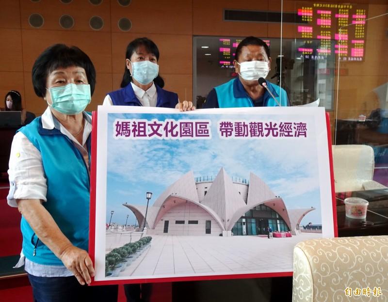 國民黨議員張瀞分、冉齡軒、李榮鴻(由左到右)支持大安媽祖文化園區盡速興建媽祖雕像。(記者張菁雅攝)