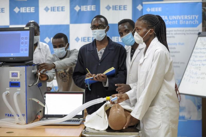 非洲各國開始嘗試自行或與歐美各國合作,研發呼吸器、防護裝備(PPE)、消毒劑、武肺病毒快篩等醫療用品。(美聯社)