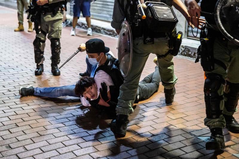 昨日適逢母親節,但香港持續有民眾上街,卻遭警方以違反「限聚令」為由驅離,並有至少逾百人遭逮捕。(法新社)