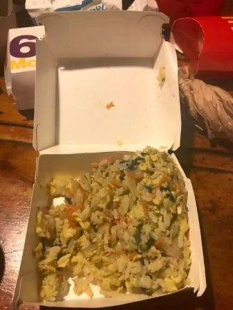 原PO哥哥的朋友買了麥當勞吃,沒想到打開漢堡盒竟然裝的是炒飯,讓網友全笑噴。(圖擷取自Dcard)