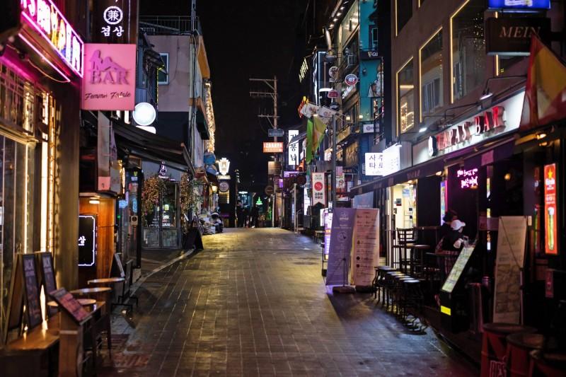 韓國首爾梨泰院夜店出現武漢肺炎群聚感染事件,目前已累計85人中鏢。圖為爆發疫情之後的梨泰院,街道相當冷清。(彭博)