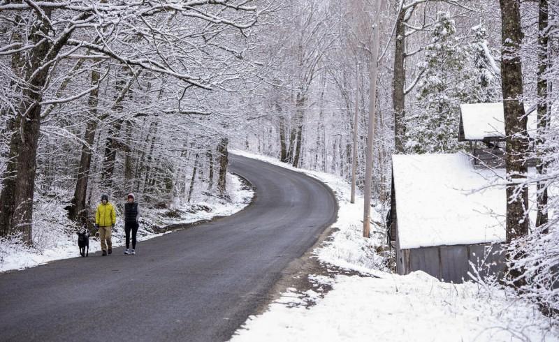 美國東部9日有許多地方出現破紀錄的低溫和罕見降雪,紐約多處氣象站點監測的降雪量,與2月份的降雪量一致,同時也出現43年來最晚的降雪紀錄。(美聯社)